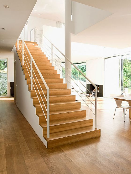 Zeitlose Weiße Villa Am Hang: Treppe Zur Galerie