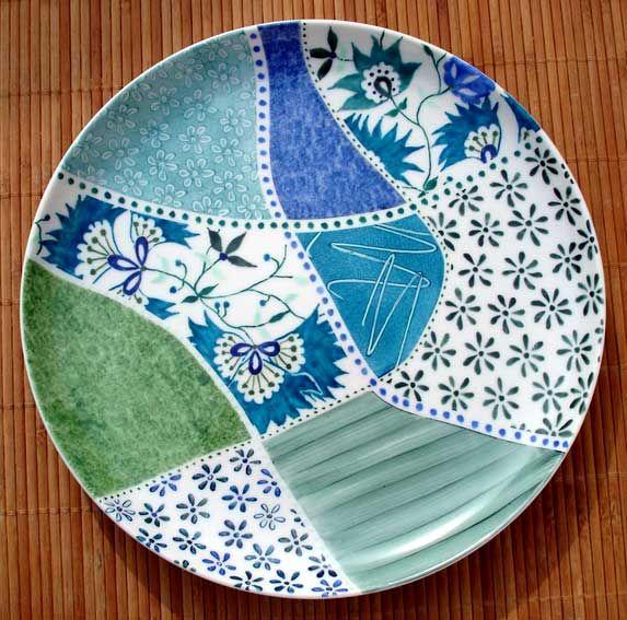 """Adepte du Crackpot Café depuis quelques temps, vous vous cherchez un projet de peinture sur céramique un peu plus complexe? Inspirez-vous de celui-ci et peignez une pièce de vaisselle en style """"patchwork""""! Attention, pour Crackpoteurs aguerris seulement!"""