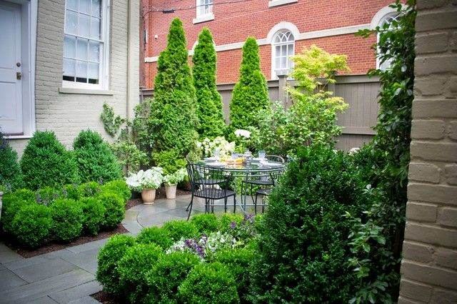Kleine tuin met veel groen en een leuk tuinsetje.