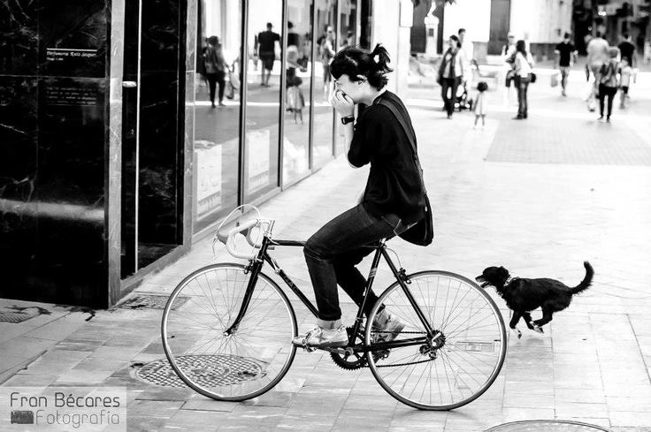 Chica en bicicleta por la ciudad. Girl on bike in the city.     fb.com/franbecaresfotografia