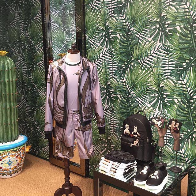 @stefanogabbana Il nuovo negozio Uomo di Capri ❤️❤️❤️❤️🇮🇹#newstyle #maidnitaly 🌴🌴🌴🌴🌵🌵🌵🌵