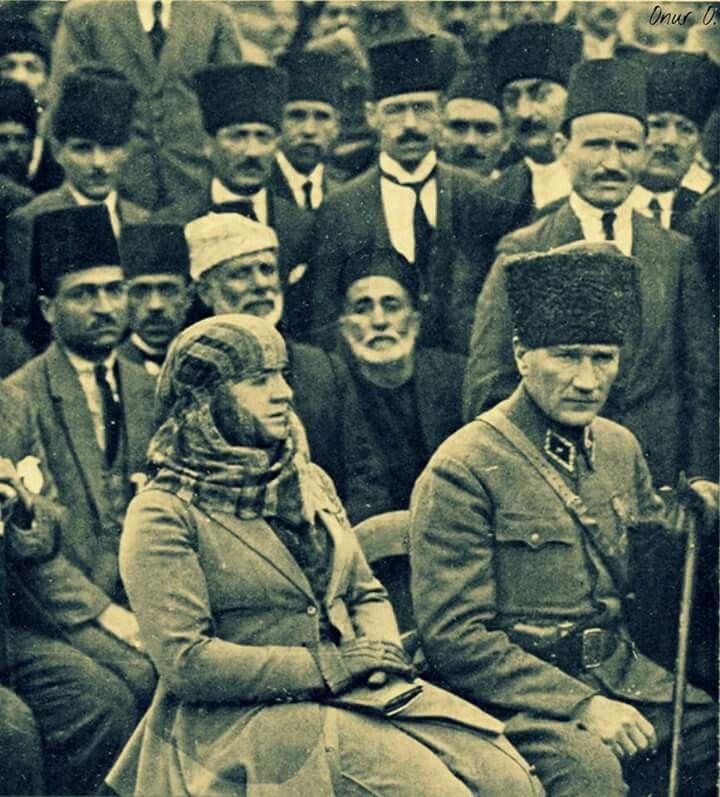 Atatürk  Çanakkale zaferinden sonra  gittiği Adana'da Sultan ana tarafından yere serilen sarı çiçeklerin üzerinden yürütülür sonra ah benim kahraman oğlum diye boynuna sarılıp sevgisini sunar  Atatürk'ün  Sultan ana ile Adana hatırası