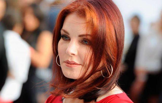 Priscila Presley cabelo ruivo curto.