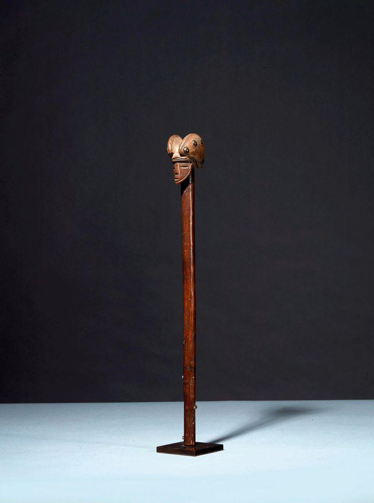 CHOKWE Sceptre   orné à son extrémité d'une tête féminine délicatement stylisée. La coiffe est recouverte d'un casque de cuir épousant parfaitement les formes en laissant apparaître les clous de cuivre. Patine laquée brune.  Peuple Tschokwé. Angola.  H:45 cm127.jpg (1189×1600)