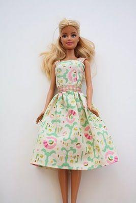 Passo da confecção de roupas para a Barbie
