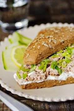 Broodje tonijn met Griekse yoghurt en zongedroogde tomaatjes