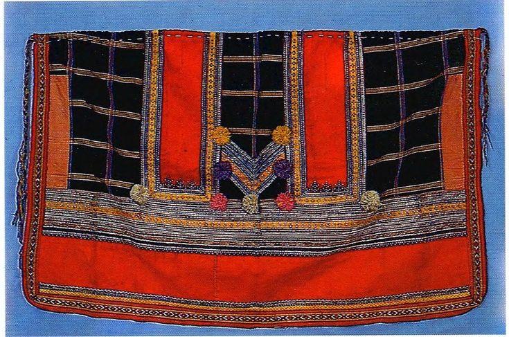 Более древний, южнорусский национальный костюм отличался тем, что состоял из длинной холщовой рубахи и понёвы. Понёва (набедренная одежда, типа юбки) была обязательной принадлежностью костюма замужней женщины. Она состояла из трёх полотнищ, была глухой или распашной; как правило, её длина зависела от длины женской рубахи. Подол понёвы украшался узорами и вышивкой. Сама понёва изготавливалась, как правило, из ткани в клетку, полушерстяной.