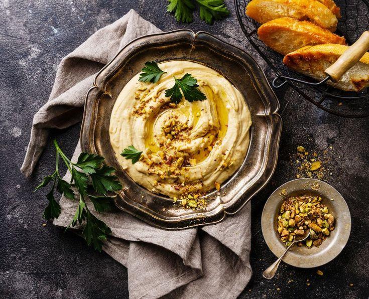 Len och fluffig hummus kan varieras i all oändlighet och passar till det mesta. Att göra hummus hemma är både lätt och gott. Här är fyra recept på olika versioner av den smarriga…