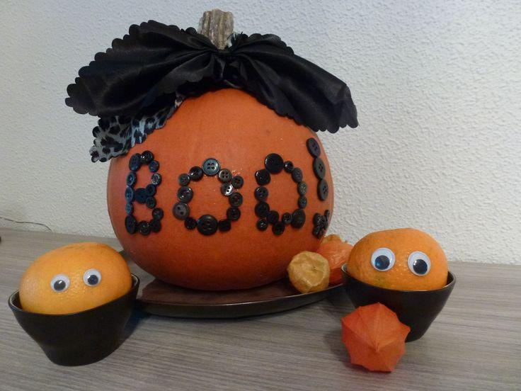 Halloween versiering met pompoen, knoopjes, stof en mandarijntjes