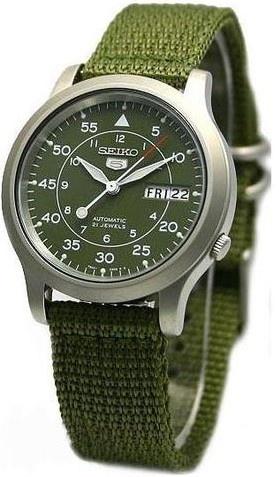 Montre Seiko 5 Sports automatique, modèle SNK militaire, avec un bracelet nato en nylon.
