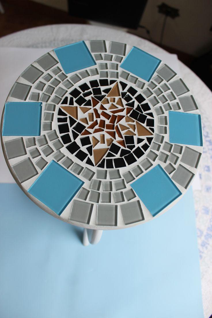 Detalhe do mosaico em banquinho de mdf