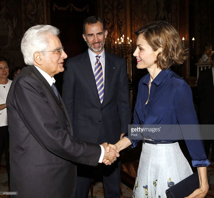 Queen Letizia of Spain greets the president of Italy, Sergio Mattarella (L) in the presence of King Philip VI of Spain during a reception at the Royal Palace on May 11, 2015 in Madrid, Spain. (Photo by Francisco Gomez / EFE / House S.M. King /  - Pool / Getty Images)