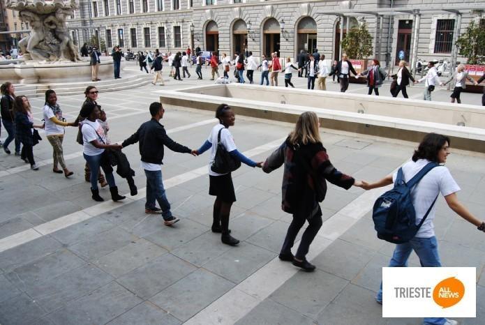 Catena umana in piazza Vittorio Veneto contro il razzismo