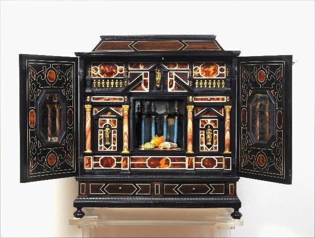 Italiaans kabinet (Florence)17e eeuw; in ebbenhout en geéboniseerd hout, met schildpadfineer en ingelegd met ivoor. Binnenin marmeren kolommen en vergulde beeldjes.