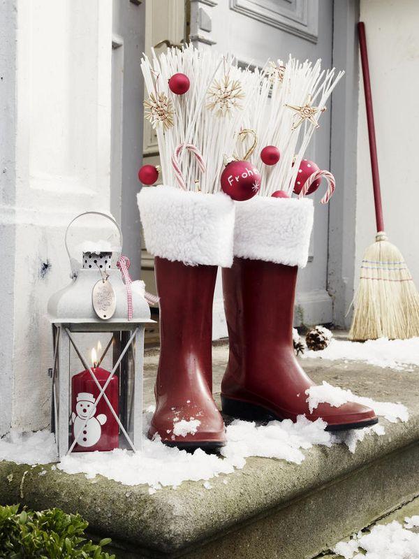 Plüschstoff (Kaufhaus)rote GummistiefelReisigbündel (Dekoladen)Weihnachtsschmuck (z. B. Strohsterne, Kugeln und Zuckerstangen)Schere1.