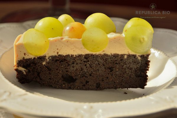 Video: Tort cu cremă de brânză proaspătă şi blat de cacao, ornat cu struguri proaspeţi – Republica BIO