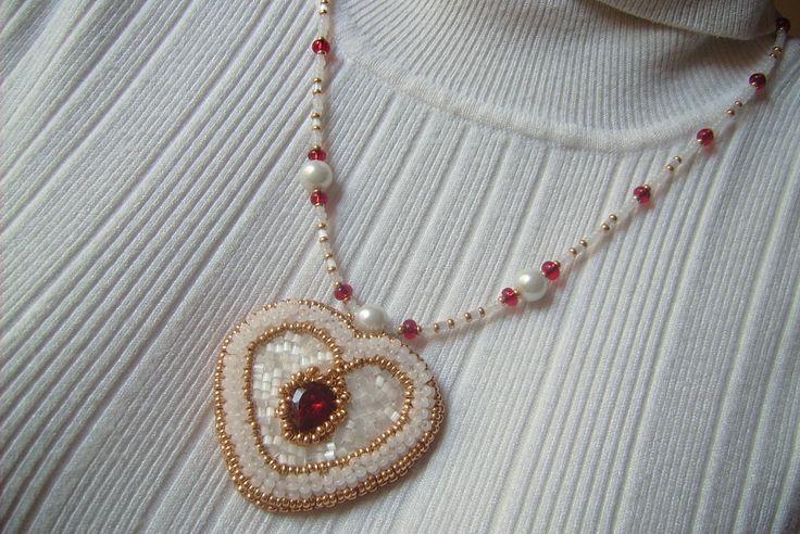 Fehér, arany és piros színű, szív alakú gyöngy-hímzett medálos nyaklánc. 3700.-Ft.