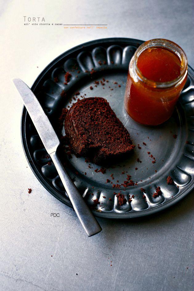 Torta all' olio ricotta e cacao con confettura nell' impasto…