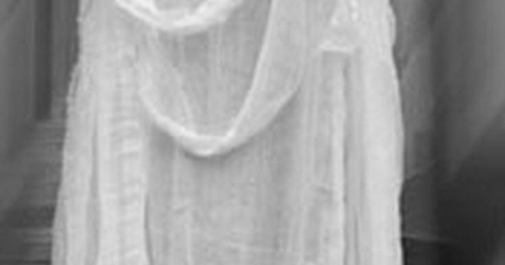 Como fazer um fantasma com cabeça de abóbora. Decorações para o Dia das Bruxas são uma tradição de muitas casas. Fantasmas assustadores, abóboras iluminadas e lápides de plástico assombram vários quintais durante o Dia das Bruxas. Compre decorações de lojas se você não se importar em deixar sua casa igual às outras do quarteirão. Mostre o seu espírito criativo fazendo decorações únicas para o ...
