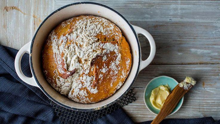 Grytebrød indikerer at brødet stekes i gryte, og eltefritt er – ja, eltefritt! Altså dette er tingen når du ikke har all verdens hjelpemidler lett tilgjengelig. Det eneste denne brødoppskriften virkelig krever er tid, lang tid. Det løser du enkelt ved å røre sammen deigen dagen før du ønsker et saftig og nystekt brød på bordet. Den lange hevetiden (vi snakker da om 12-18 timer) gir brødet et snev av surdeigsaromaer, og grytestekingen sørger for skikkelig sprø skorpe.     Du trenger en gryte…