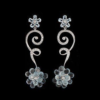 ÖRHÄNGEN, ett par, 18k vitguld med briljantslipade diamanter och brioletteslipade akvamariner. Vikt ca12,6g.