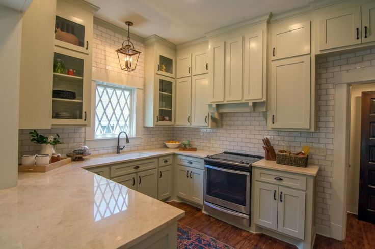 Erin and Ben Napier have their work cut out for them renovating a classic but dilapidated home built in 1900 for an architectural designer and his soon-to-be wife moving back to Mississippi from New York City.