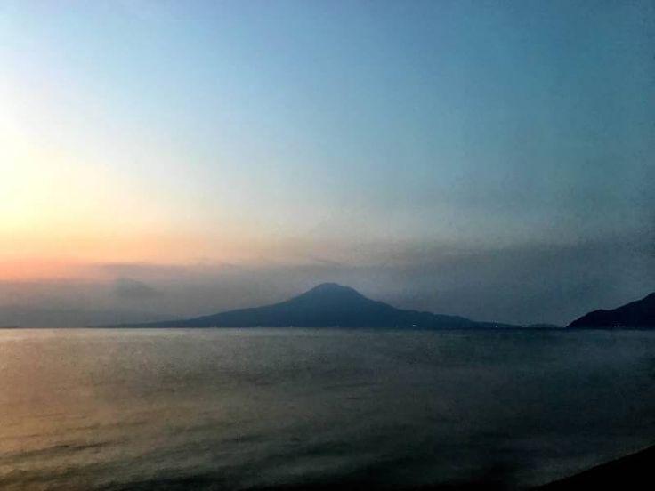 おはようございます(^o^)/  今日の桜島です。 天気は快晴!空気もウマイ! でも、寒〜い朝になりました。  今朝のランは寒すぎて、思わず厚手のウェアをタンスから出しちゃいました(>_<)  くれぐれも風邪やインフルエンザには注意ですね〜。  今日も一日、元気に頑張っていきましょう!!!