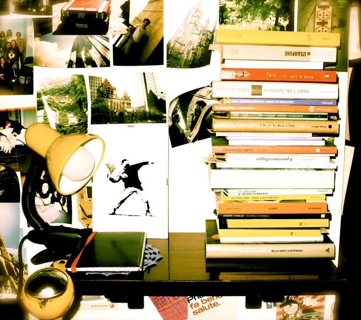 Il comodino-libreria dell'uomo che ha fatto più corsi di redazione del mondo (non a caso nostro esperto in materia). Assurdo, pare trovi anche il tempo di leggere!