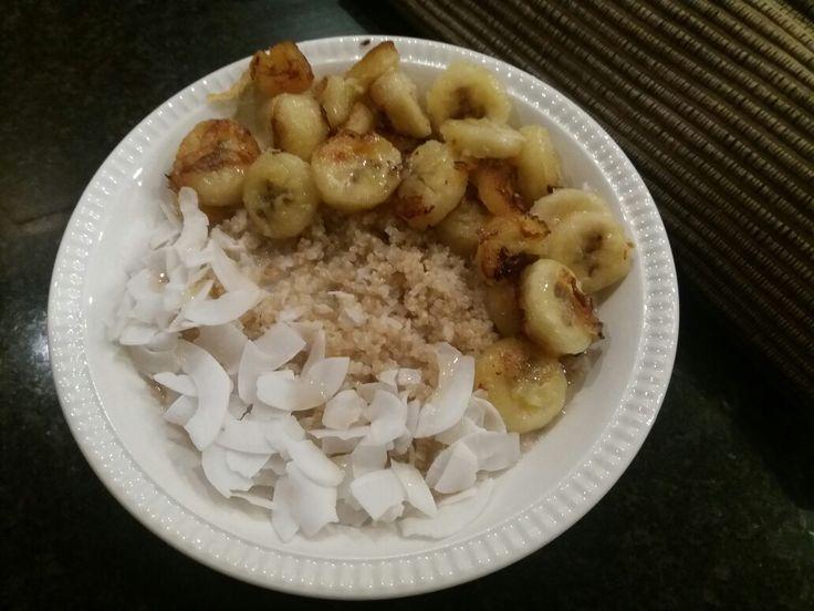Ontbijt: quinoa rijstmelk bowl met gebakken banaan en kokosschilfers. www.facebook.com/isadeetjes