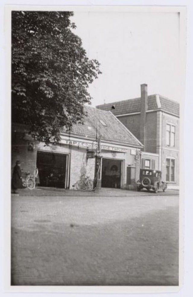 Garage Tap aan de Korte Bergstraat 1 (bij de Spoorstraat). Rechts de zijgevel van een huis aan de Snouckaertlaan.