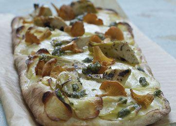 Pizza med kartoffel, svampe. pesto og artiskokker