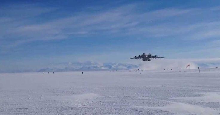 A pista da estação #McMurdo, na #Antártida, é apenas uma faixa de gelo, sujeita às variações climáticas do continente.