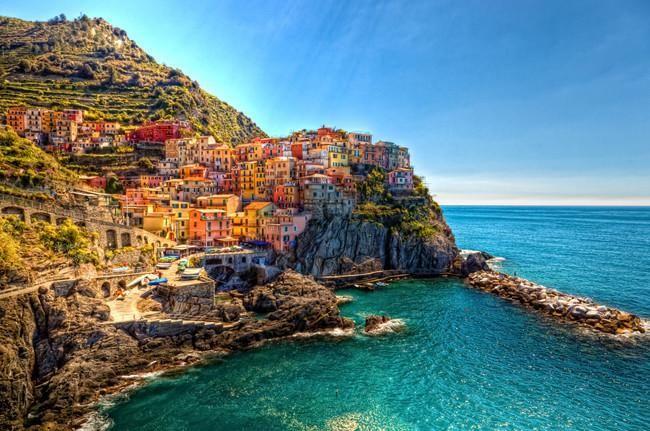 Manarola es un pueblo pesquero situado en el norte de Italia, en la riviera de Liguria, sobre un promontorio que se asoma como si fuese un balcón ...