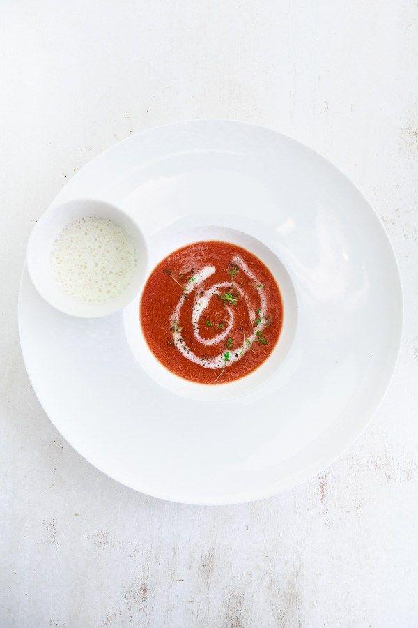Leckere Suppe von roter Bete, dazu ein Cappucino aus weißer Schokolade, Whisky, Gemüsebrühe und Sahne.