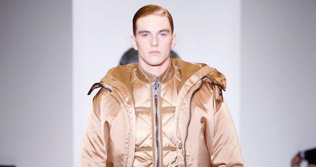 La sfilata della collezione uomo Calvin Klein Inverno 2015 di Italo Zucchelli porta in scena una reinterpretazione del classico in chiave moderna e http://www.sfilate.it/216760/sfilata-calvin-klein-uomo-il-classico-diventa-lussuosopregiata.