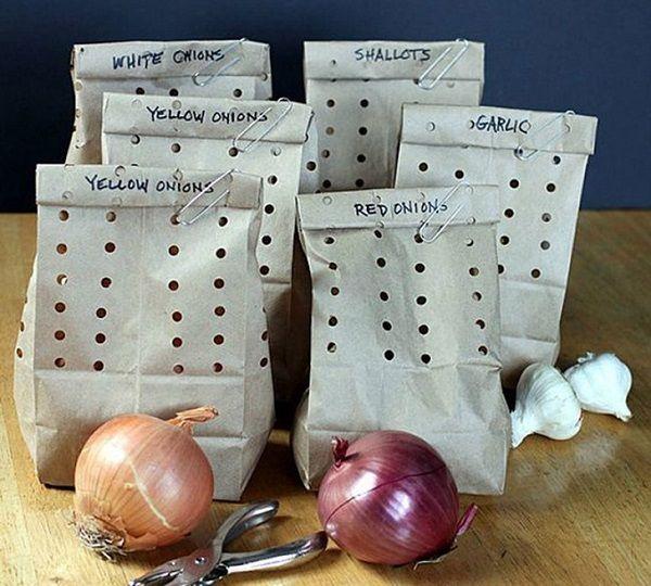 Идеальное место для хранения лука и чеснока — перфорированные бумажные пакеты. Два месяца без плесени обеспечены! Кухонные лайфхаки