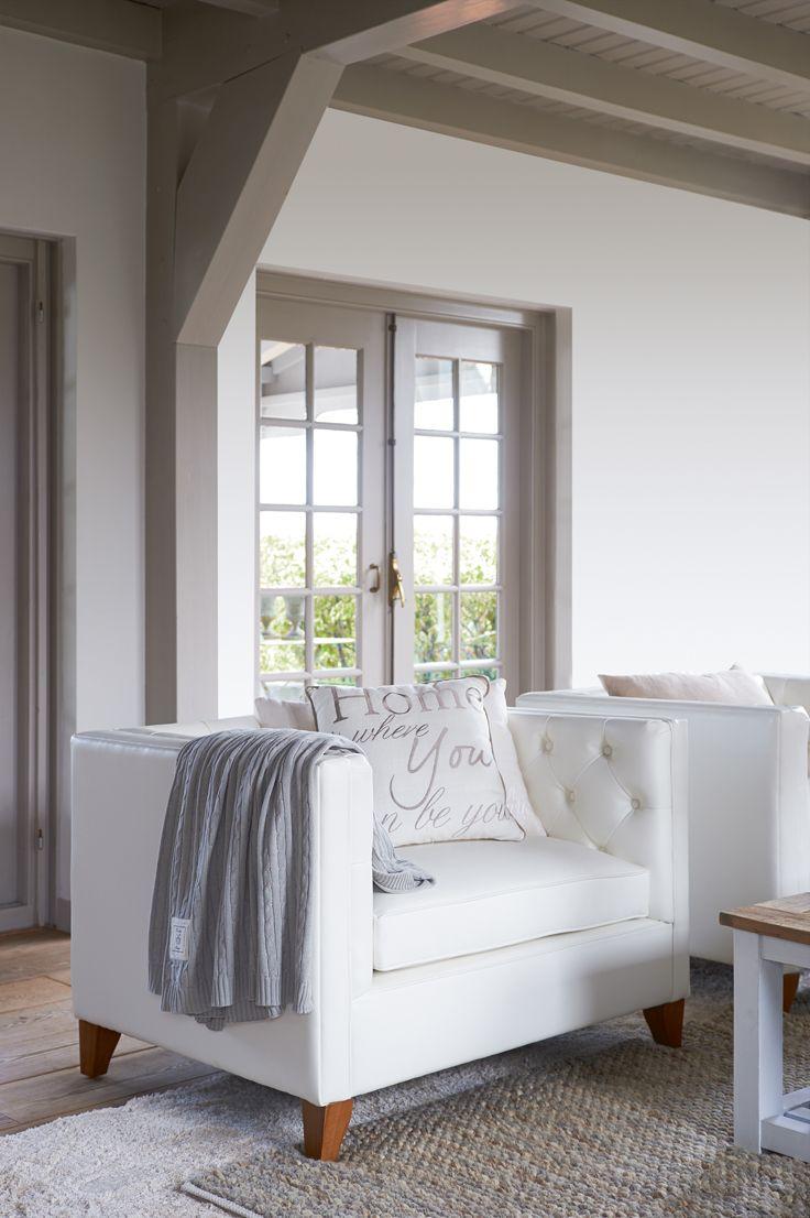 Vår favorittstol fra riviera maison manhattan loveseat her i lyst skinn 💛 både manhattan stol og sofa er utstilt i begge våre butikker ta turen innom