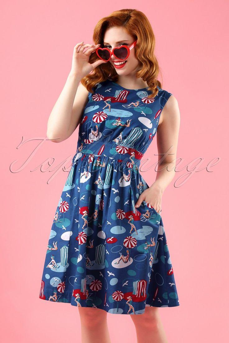 Summer sweetness... Met deze 60s Lucy By The Seaside Dress ben je helemaal klaar voor de zomer!Prachtig jurkje dat door de plooitjes bij de buste en de zwierige geplooide semi-swing rok geschikt is voor ieder lichaamstype. Uitgevoerd in luchtig donkerblauw katoen (stretcht niet!) met een speelse strand print die jou meteen in zomerse sferen brengt. Deze beauty is slechts een ''swim away'' van je retro garderobe! ;-)   Hoge ronde halslijn Keyhole detail achterzijde Plooitjes bij de bust...