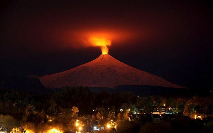 Το ενεργό ηφαίστειο της Χιλής. Στιγμιότυπο από το πιο ενεργό ηφαίστειο στην Νότια Αμερική, που βρίσκεται κοντά στο δημοφιλές τουριστικό θέρετρο του Πουκόν.Το ηφαίστειο Βιγιαρίκα είναι ένα από τα πέντε ηφαίστεια στη Γη που διαθέτουν λίμνη λάβας μέσα στον κρατήρα τους. Η ανάβαση στο ηφαίστειο είναι δημοφιλής, ιδιαίτερα κατά τη διάρκεια του καλοκαιριού. Το ηφαίστειο έχει ύψος 2.847 μέτρα και οι παγετώνες του καλύπτουν 40 τετραγωνικά χιλιόμετρα, κυρίως στις νότιες πλαγιές.