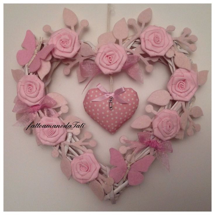 Shabby chic heart with pink roses and paper butterflies Cuore/fiocco nascita in vimini con roselline ,farfalle e cuore rosa.