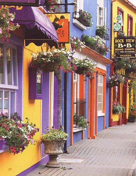 """Irlande, une rue """"typique"""" très accueillant ! Version Voyages, www.versionvoyages.fr coffrets cadeaux, billets d'avion www.flyingpass.fr                                                                                                                                                      Plus"""