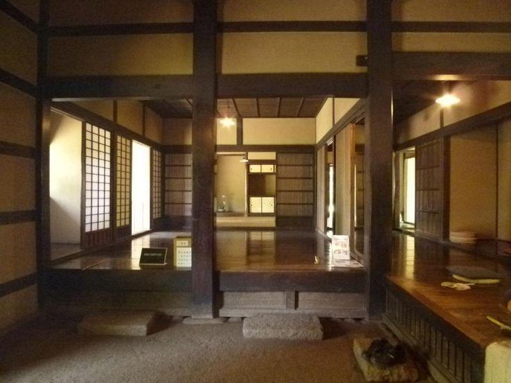 日本家屋 土間. Traditional genkan - outside-inside interface