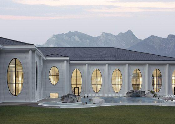 Das Büro Smolenicky & Partner setzte einen Kontrapunkt zur modernen, betonlastigen Spa-Architektur. Riesige Panoramafenster mit Leisten und 7.5 Meter hohe, konkave Säulen dominieren die Tamina Therme im schweizerischen Bad Ragaz; Fotos Roland Bernath