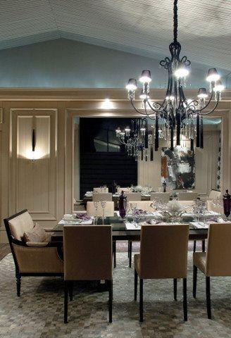 Molduras de madeira de reflorestamento por toda a parede reproduzem nesta sala o estilo clássico inspirado na França. Projeto de Sandro Jasnievez.