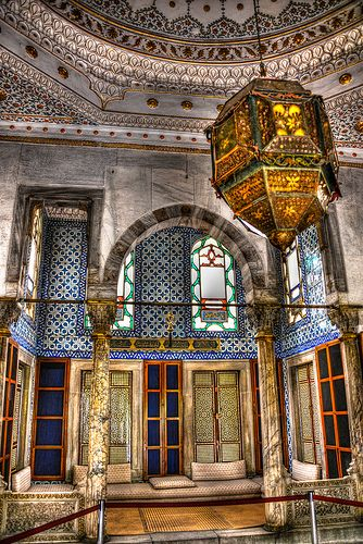 Topkapi Palace Museum (Topkapı Sarayı) | he Topkapı Palace is a large palace in Istanbul, Turkey, that was the primary residence of the Ottoman sultans for approximately 400 years of their 624-year reign. | http://www.topkapisarayi.gov.tr/tr