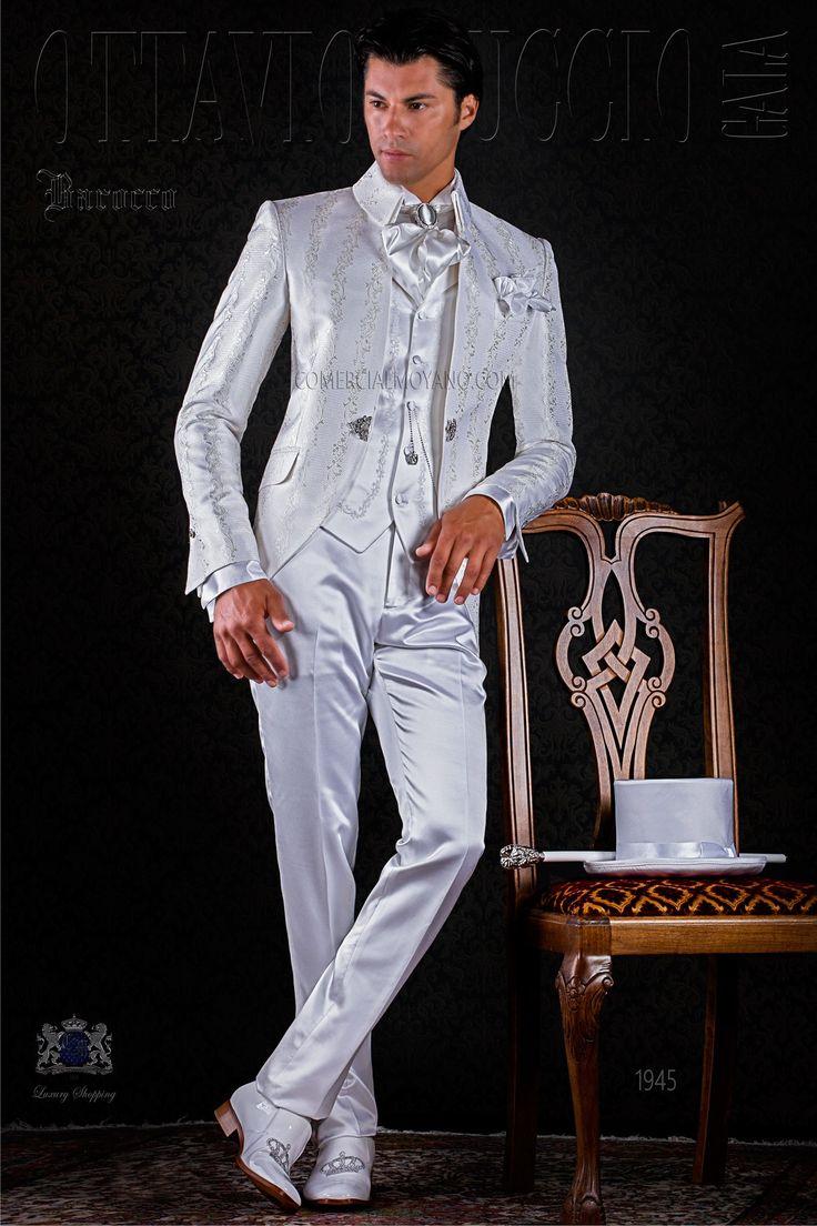 Redingote baroque blanc de brocard avec broche de cristal et pantalons blanc de satin. Costume de mariage 1945 Collection Baroque Ottavio Nuccio Gala.