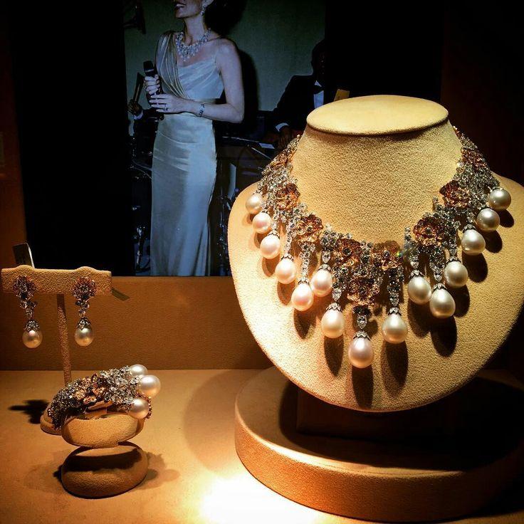 Hôtel des Bergues, présentation des bijoux de la princesse Gabriela zu Leningen qui seront mis en vente par Christie's à Genève le mercredi 18 mai. Tenté? #christies #geneve #auction #ventesauxencheres #swiss #jewels #princesse #collier #hautejoaillerie #flowers