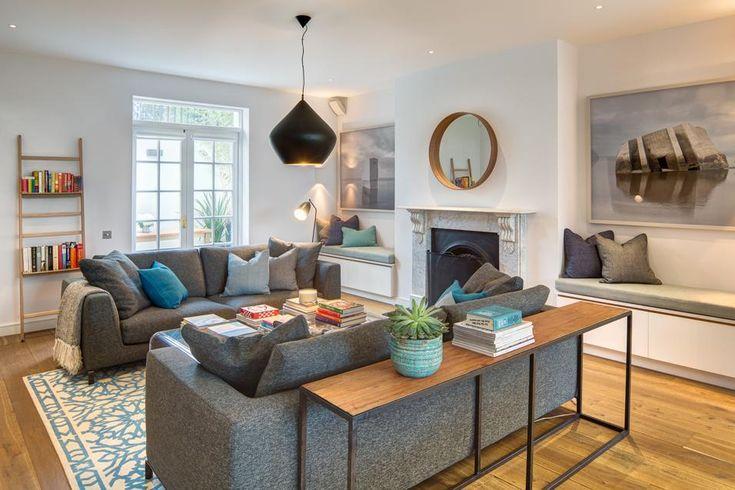 IL LIVING La zona soggiorno è arredata con due comodi divani disposti uno di fronte all'altro. L'elemento caratterizzante è invece il camino in marmo e ghisa attorno al quale sono disposte due panche imbottite. Sul fondo lampada da terra Grasshopper