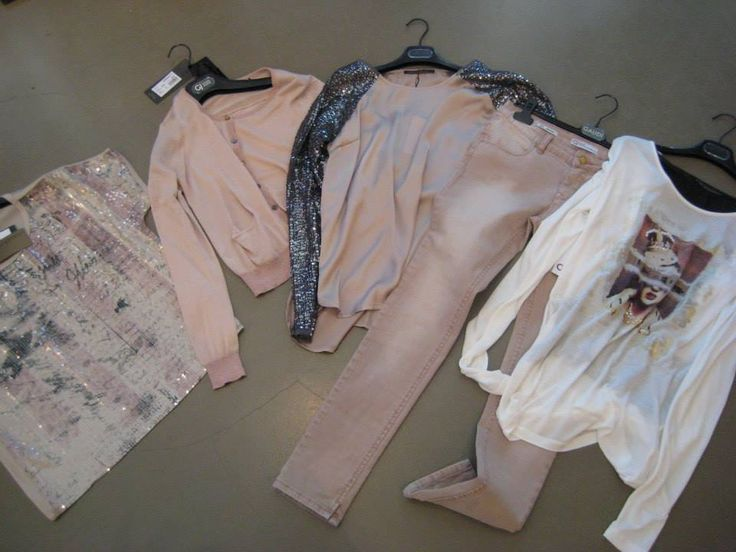 Mooie pasteltinten gecombineerd met een stoer shirt. G.Sel nu verkrijgbaar bij Seasons