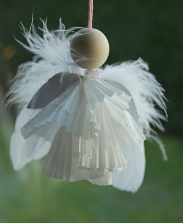 un ange original en papier plié décoré de plumes blanches